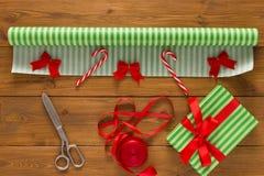 Оборачивать подарка Упаковывая современный подарок на рождество в коробках Стоковая Фотография RF