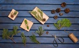 Оборачивать подарка Упаковывая presens рождества Коробки с елью стоковые изображения rf