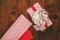 Оборачивать подарка и настоящих моментов рождества Стоковое фото RF