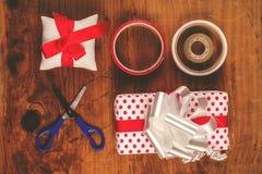 Оборачивать подарка и настоящих моментов рождества Стоковые Изображения RF