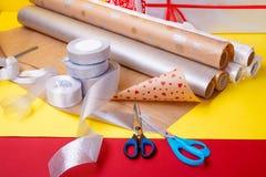 Оборачивать подарка, коробки, бумага, лента и ножницы на предпосылке цвета Аксессуары материалов для настоящих моментов конец вве Стоковое Фото