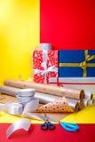 Оборачивать подарка, коробки, бумага, лента и ножницы на предпосылке цвета Аксессуары материалов для настоящих моментов конец вве Стоковые Изображения