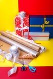 Оборачивать подарка, коробки, бумага, лента и ножницы на предпосылке цвета Аксессуары материалов для настоящих моментов Взгляд св Стоковое Изображение