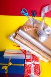 Оборачивать подарка, коробки, бумага, лента и ножницы на предпосылке цвета Аксессуары материалов для настоящих моментов Взгляд св Стоковая Фотография