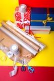 Оборачивать подарка, коробки, бумага, лента и ножницы на предпосылке цвета Аксессуары материалов для настоящих моментов конец вве Стоковые Фото