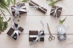 Оборачивать подарка Пакуя современный подарок на рождество в коробках Стоковые Фото