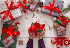 Оборачивать подарка Упаковывая современный подарок на рождество в коробках Стоковое фото RF