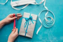 Оборачивать профессионального подарка праздника handmade Стоковое фото RF