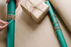 Оборачивать профессионального подарка праздника handmade Стоковое Изображение