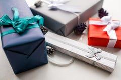 Оборачивать профессионального подарка праздника handmade Стоковое Изображение RF
