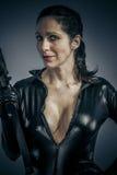 Оборона войны, женщина сексуальной девушки воинская представляя с оружи. стоковые изображения rf