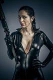 Оборона войны, женщина сексуальной девушки воинская представляя с оружи. стоковые фотографии rf