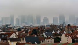 Оборона Ла Парижа города в тумане стоковое фото rf