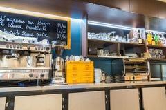 Оборона Ла, Франция - 17-ое июля 2016: внутренний взгляд на счетчике большого традиционного французского ресторана в городе оборо Стоковые Изображения RF