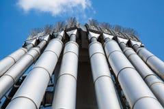 Оборона птицы на стальной структуре, голубом небе Стоковая Фотография