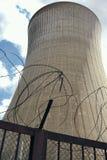 Оборонная отрасль загородки ржавчины завода неба башни Германии атомной электростанции колючей проволоки светлая конкретная высок стоковые фото