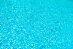 Оборудование бассейна Текстура предпосылки моря Небольшие голубые волны Плавая курсы Прозрачная чистая вода в плавании стоковая фотография