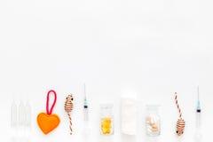 Оборудование больницы собак и кошек для комплекта лечения любимчика с космосом взгляд сверху предпосылки игрушек белым для текста Стоковое Фото