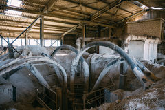 Оборудование внутрь в покинутых промышленных лифте или танке Стоковые Фотографии RF