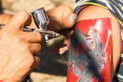 Оборудование для делать искусство татуировки Человек делая изображение в наличии wo стоковое фото