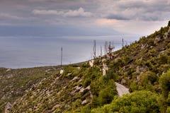 Оборудование для мобильной телефонной связи в горах стоковая фотография rf