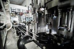 Оборудование для разливать по бутылкам на микропивоваренном заводе Стоковое фото RF