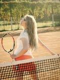 Оборудование для тенниса Игрок женщины с ракеткой тенниса на солнечный день Стоковое фото RF