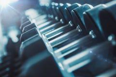 Оборудование и машины нерезкости на пустой современной комнате спортзала Fitnes стоковые изображения rf