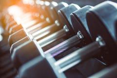 Оборудование и машины нерезкости на пустой современной комнате спортзала Fitnes стоковая фотография