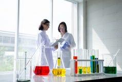 Оборудование и эксперименты по пробирки склянки о науке и химии на таблице с запачканной командой ученого стоковое изображение