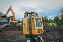 Оборудование уровня земли с бульдозером позади стоковые фото