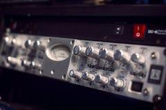 Оборудование усилителя электрической гитары звуковое с ручками стоковые изображения