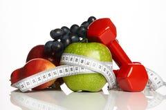 Оборудование фитнеса и здоровая еда изолированные на белизне Стоковые Фотографии RF