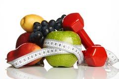 Оборудование фитнеса и здоровая еда изолированные на белизне Стоковые Изображения
