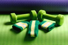 Оборудование формировать и фитнеса Гантели сделанные из зеленой пластмассы стоковая фотография rf