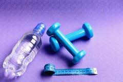 Оборудование формировать и фитнеса Штанги рядом с креном ленты стоковая фотография rf