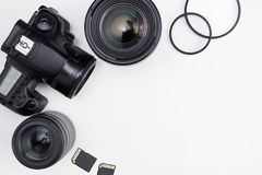 Оборудование фотографии и космос экземпляра над белой таблицей стоковое фото rf