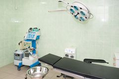 Оборудование и медицинские службы в современной операционной Оборудование хирургической комнаты современное в больнице стоковое фото rf