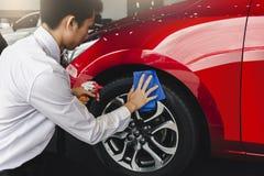Оборудования осмотра и очищать человека мойка азиатского с красным автомобилем для очищать к качеству к клиенту на выставочном за стоковая фотография