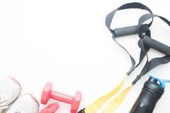 Оборудования спорта и фитнеса на белой предпосылке с космосом экземпляра Стоковые Изображения