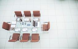 оборудованный стол для делового партнера деловой встречи в современном конференц-зале Стоковое фото RF