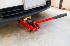Оборудуйте автомобиль подъема jack для обслуживания автомобилей стоковая фотография
