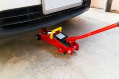 Оборудуйте автомобиль подъема jack для обслуживания автомобилей стоковые изображения rf