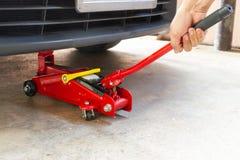 Оборудуйте автомобиль подъема jack для обслуживания и отремонтируйте стоковые фото