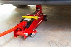 Оборудуйте автомобиль подъема jack для обслуживания и отремонтируйте стоковые изображения rf