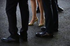 Оборудуйте ваши ноги Официальные тенденции моды нести для работы Женские и мужские ноги в ботинках женщины ботинок пяток высокие стоковые фотографии rf