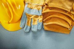 Оборудуйте крышку защитных перчаток пояса на конкретной предпосылке стоковая фотография