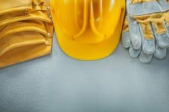 Оборудуйте крышку перчаток безопасности пояса на конкретной предпосылке стоковые фото