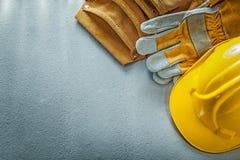 Оборудуйте перчатки безопасности пояса строя шлем на конкретной предпосылке стоковое изображение rf