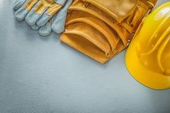 Оборудуйте перчатки пояса защитные строя шлем на конкретном backgrou стоковое изображение rf